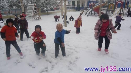 """释放孩子的天性,比衣服整洁更重要 来源:宁阳县八仙桥街道青川童星幼儿园 作者:吴莎莎 今年的初雪,来势汹汹,又密又急,清晨醒来,天地万物,银装素裹,真的是""""忽如一夜春风来,千树万树梨花开""""。 而八仙桥街道青川童星幼儿园的孩子们并没有被这突如其来的大雪所阻止,一如往常的按时来到幼儿园,与往常不同的是孩子们都纷纷被外面的雪花所吸引,应此情此景我们幼儿园组织孩子们开展了堆雪人的活动。 看,孩子们在雪地中多么开心快乐,他们在雪地中奔跑、玩雪、堆雪人、打雪仗,尽情享受着雪后的欢乐。在老师的带"""