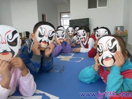 寿光市羊口镇中心幼儿园的小朋友们在学习了京剧《戏说脸谱》后,开展