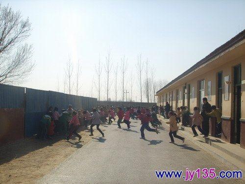 幼儿园一周活动安排表的墙报